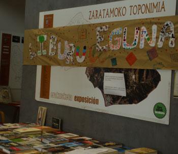 Celebrando el Día del Libro en la biblioteca de Zaratamo.